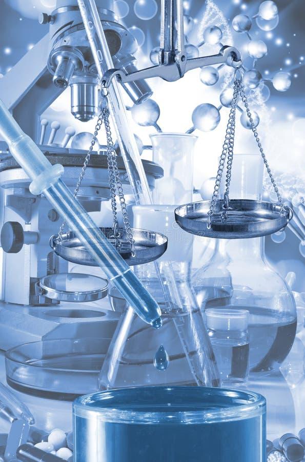 Garrafa e escalas do laboratório da imagem no fundo tecnologico fotos de stock