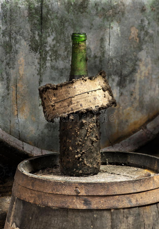 Garrafa e etiqueta empoeiradas de vinho do grunge velho foto de stock royalty free