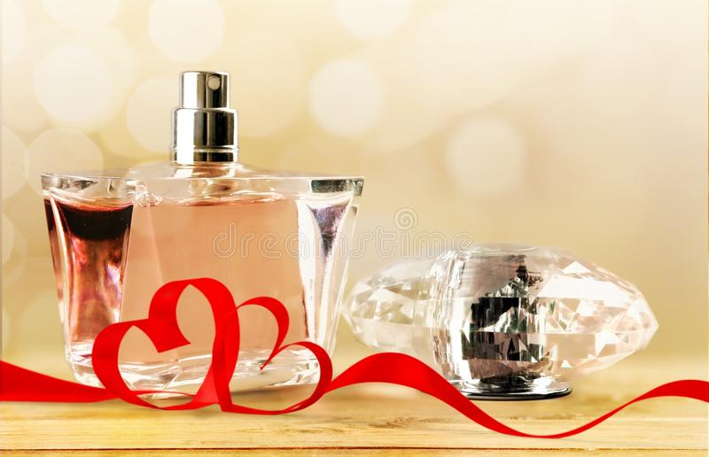 Garrafa e fitas de perfume imagem de stock royalty free