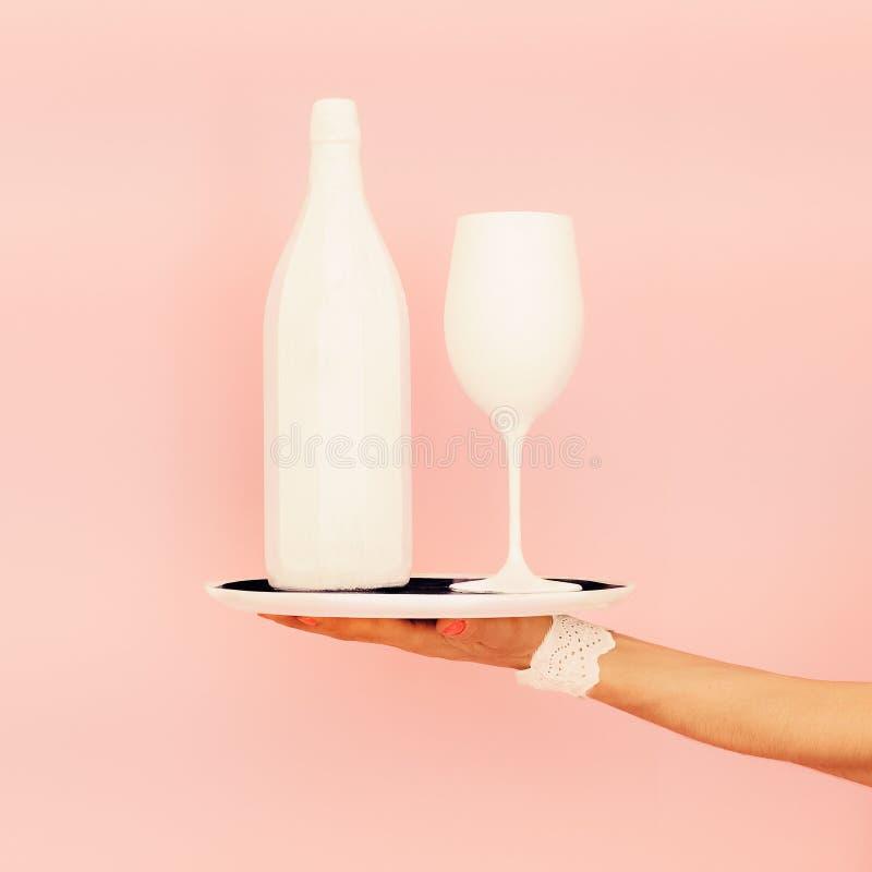 Garrafa e vidro brancos em uma bandeja Projeto da forma fotos de stock royalty free