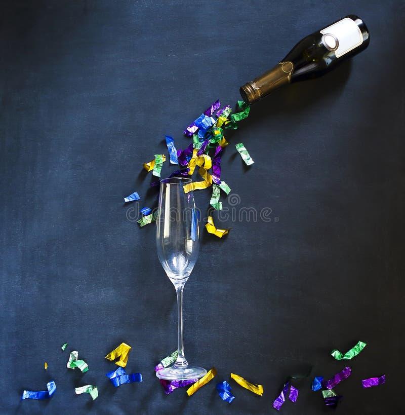 Garrafa e vidro de Champagne no fundo preto imagens de stock