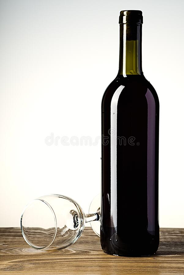 Garrafa e vidro de vinho no fundo de madeira imagens de stock