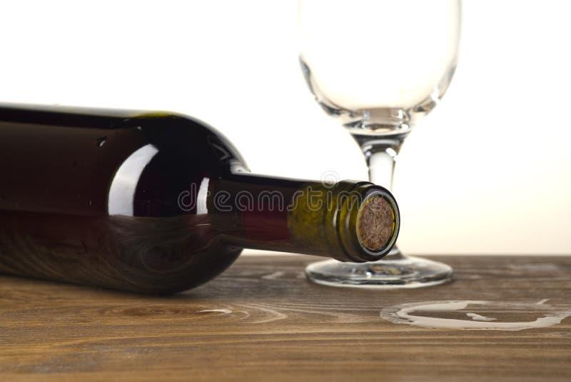 Garrafa e vidro de vinho no fundo de madeira foto de stock