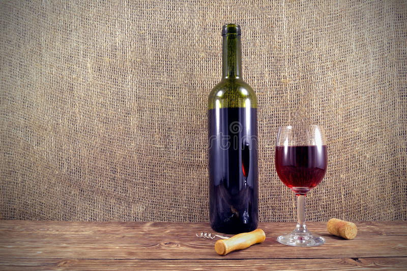 Garrafa e vidro do vinho na tabela imagem de stock