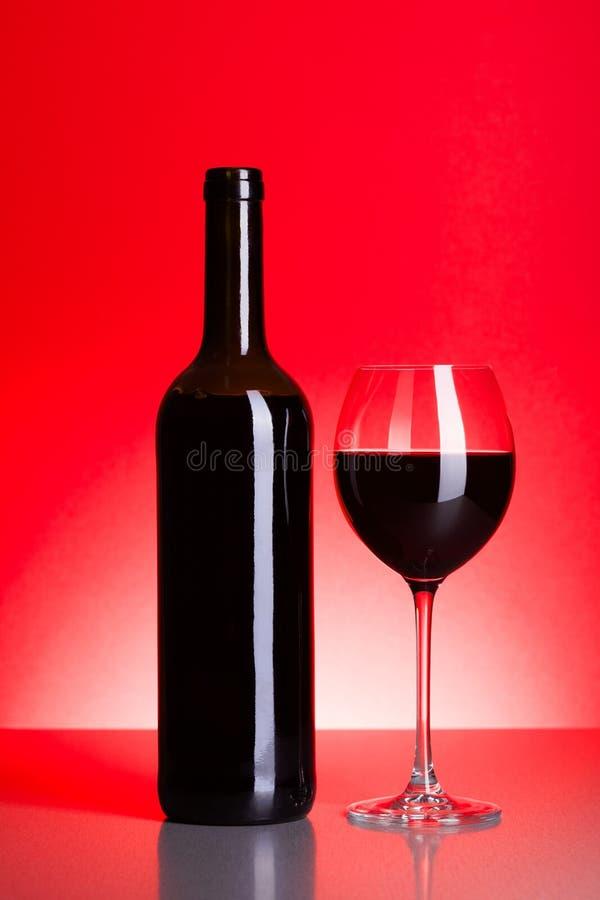 Garrafa e vidro do vinho tinto imagem de stock royalty free