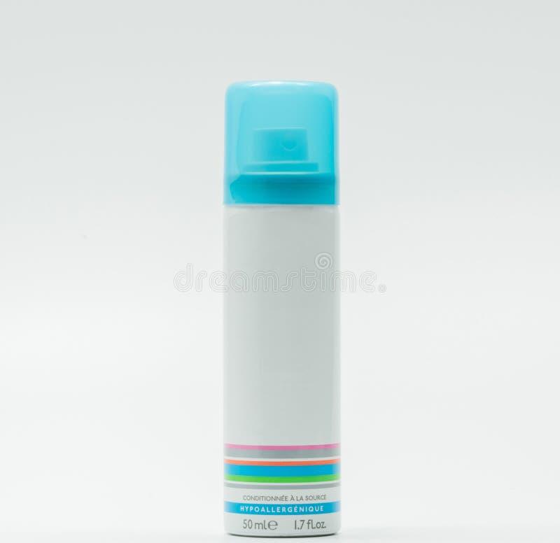 A garrafa facial do pulverizador e o tampão azul com a etiqueta vazia isolada, apenas adicionam seu próprio texto fotografia de stock