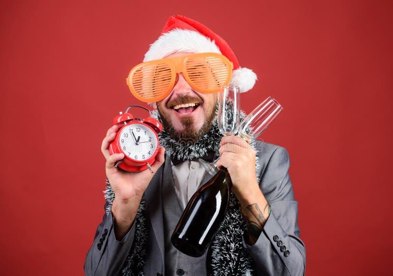 Garrafa farpada da posse de Santa do moderno do homem Festa de Natal incorporada Lets comemora o feriado de inverno Chapéu de San imagens de stock