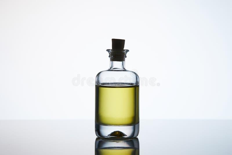 Garrafa fechado do óleo aromático da massagem foto de stock