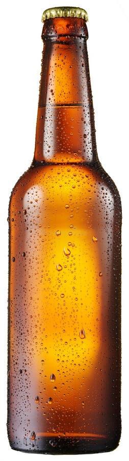 A garrafa fria da cerveja com água condensated deixa cair nela fotografia de stock royalty free