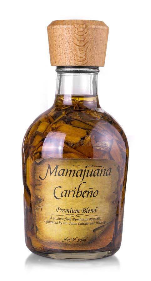 A garrafa isolada de Mamajuana, a casa da República Dominicana fez Aphr fotos de stock royalty free