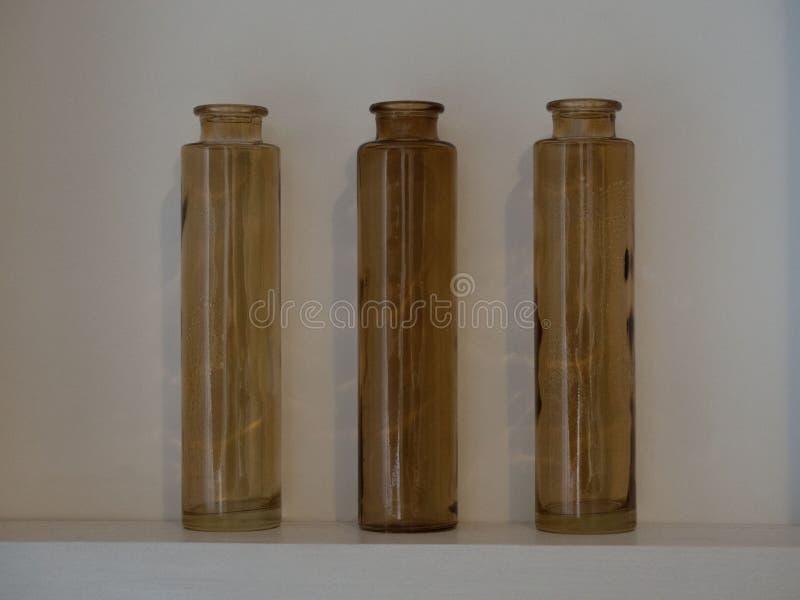 Garrafa marrom de vidro vazia do vintage foto de stock royalty free