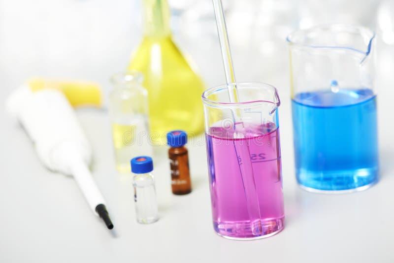 Garrafa no laboratório de investigação da farmácia da química fotografia de stock