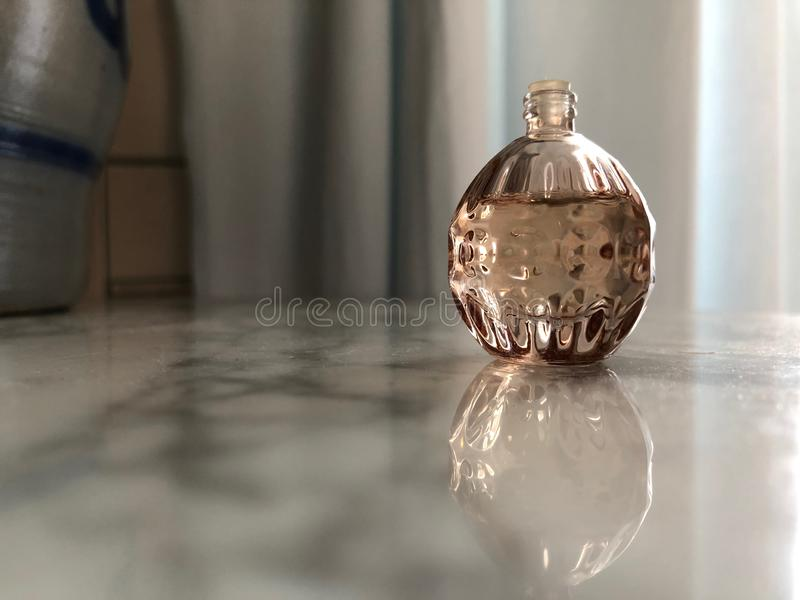Garrafa pequena da forma esférica 02 do perfume foto de stock