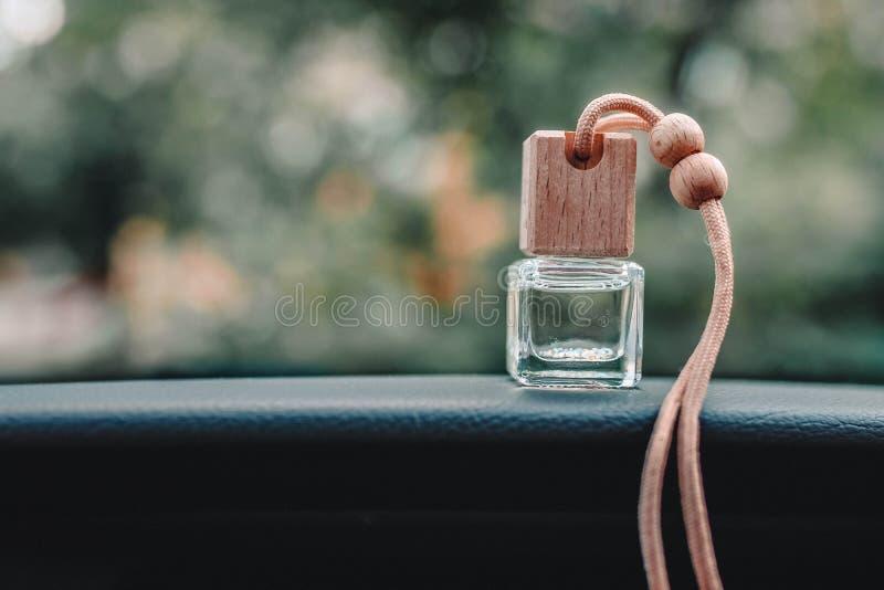 Garrafa pequena do refrogerador de ar do carro no painel com fundo borrado bonito fora da janela fotografia de stock royalty free