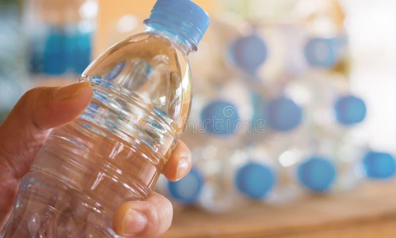 a garrafa plástica com os tampões para recicla o desperdício, lote da garrafa de água w fotos de stock