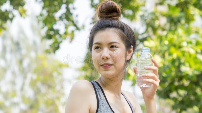 Garrafa plástica da posse adolescente da senhora da água imagens de stock royalty free