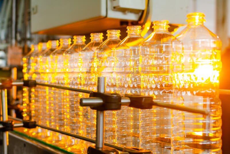 Garrafa Produção industrial de garrafas plásticas do animal de estimação Linha da fábrica para garrafas de fabricação do polietil foto de stock