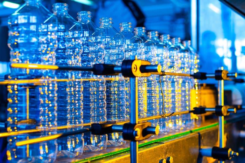 Garrafa Produção industrial de garrafas plásticas do animal de estimação Linha da fábrica para garrafas de fabricação do polietil imagem de stock royalty free