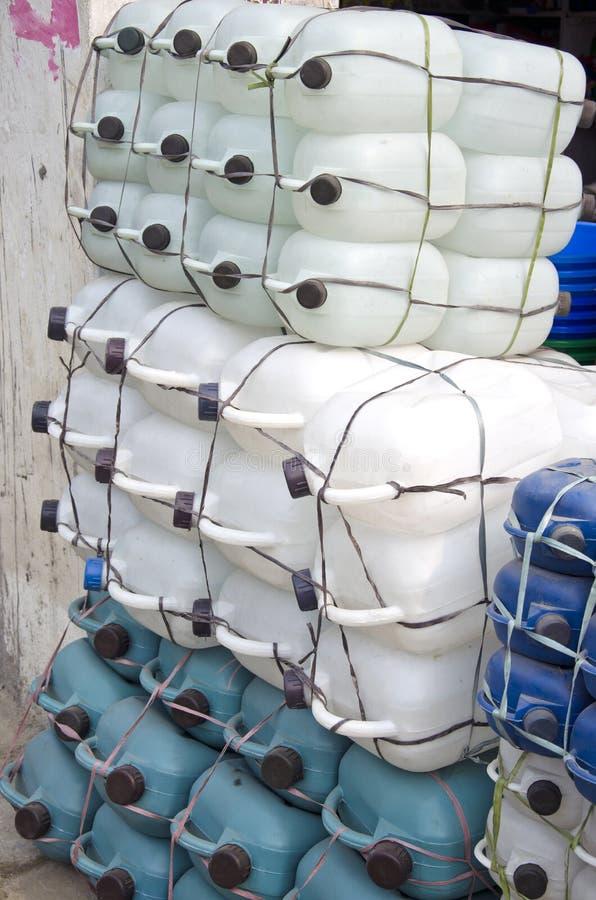 Garrafa reciclável plástica de um galão para a água no mercado fotografia de stock royalty free