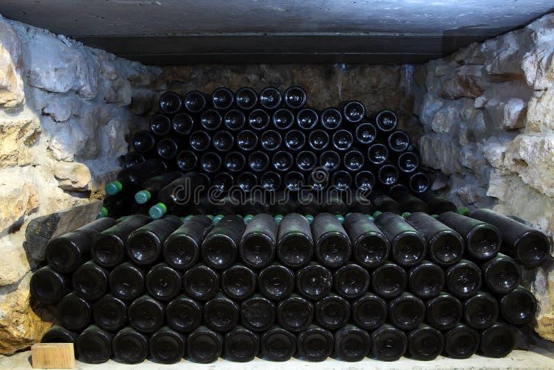 Garrafa velha do vinho na adega do bott antigo do vinho da adega imagens de stock royalty free