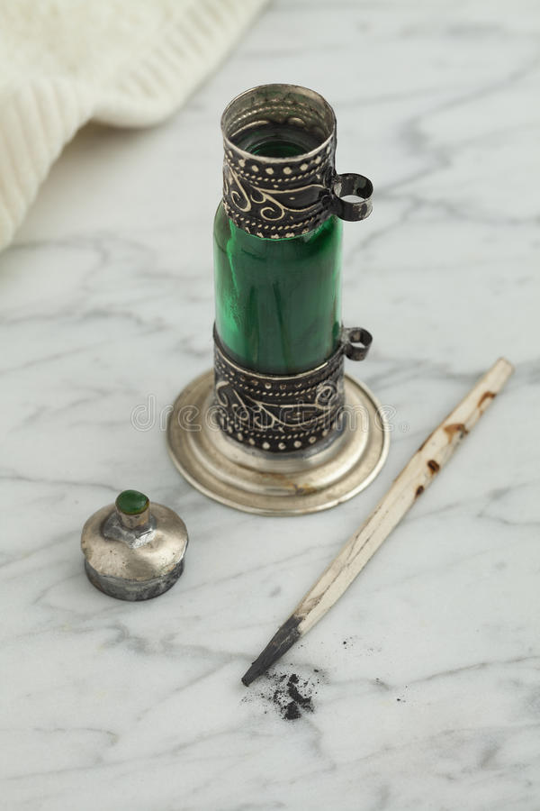 Garrafa verde marroquina com kohl preto fotografia de stock royalty free