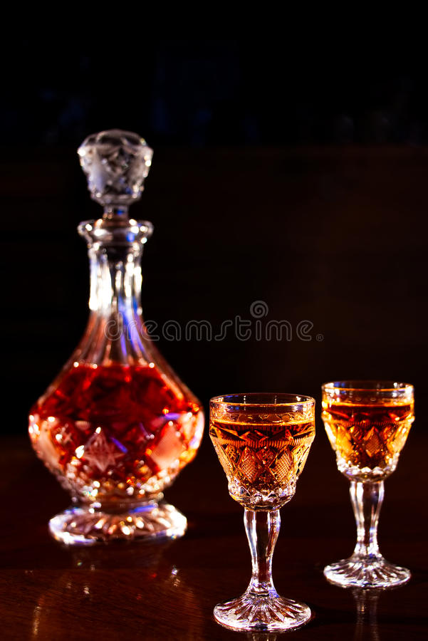 Garrafa y lanzamientos del alcohol imágenes de archivo libres de regalías