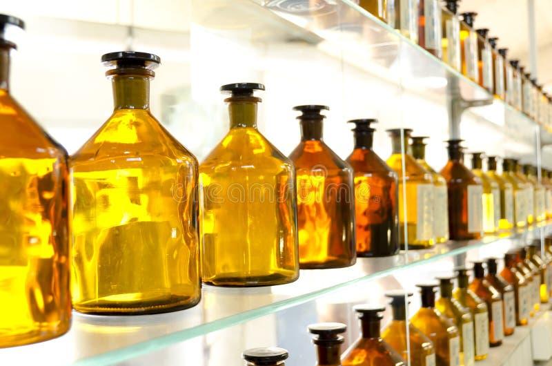Garrafas ambarinas antigas da medicina imagens de stock