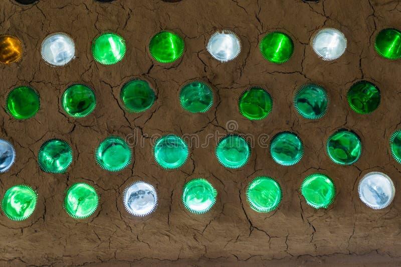 Garrafas coloridas em uma parede, mosaico da parede da garrafa imagens de stock