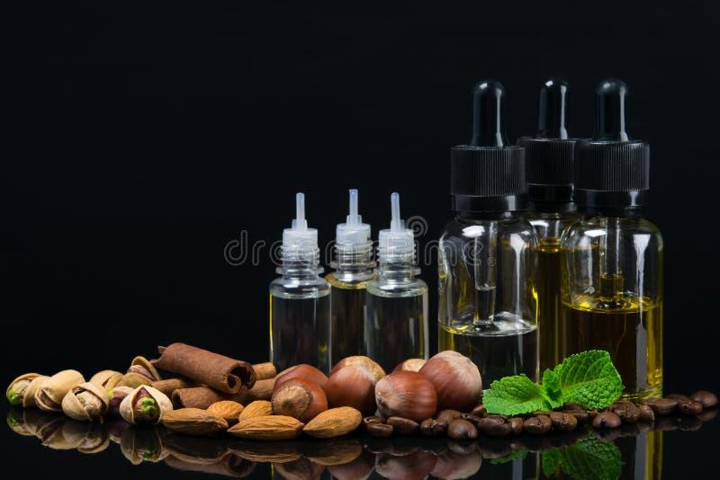 Garrafas com líquidos dos sabores nuts para o cigarro de e foto de stock royalty free