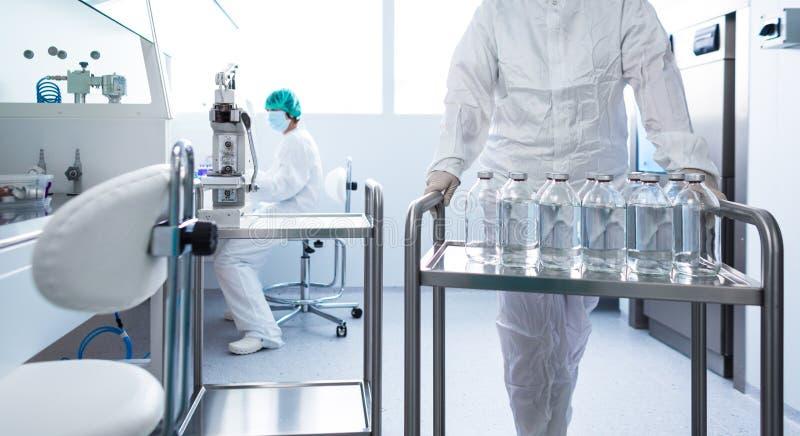 Garrafas com líquidos em um laboratório fotografia de stock royalty free