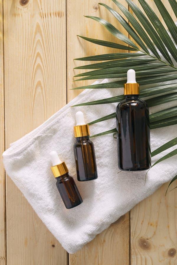 Garrafas com ?leo do aroma, medicinas no fundo de madeira Foco seletivo, horizontal imagem de stock royalty free