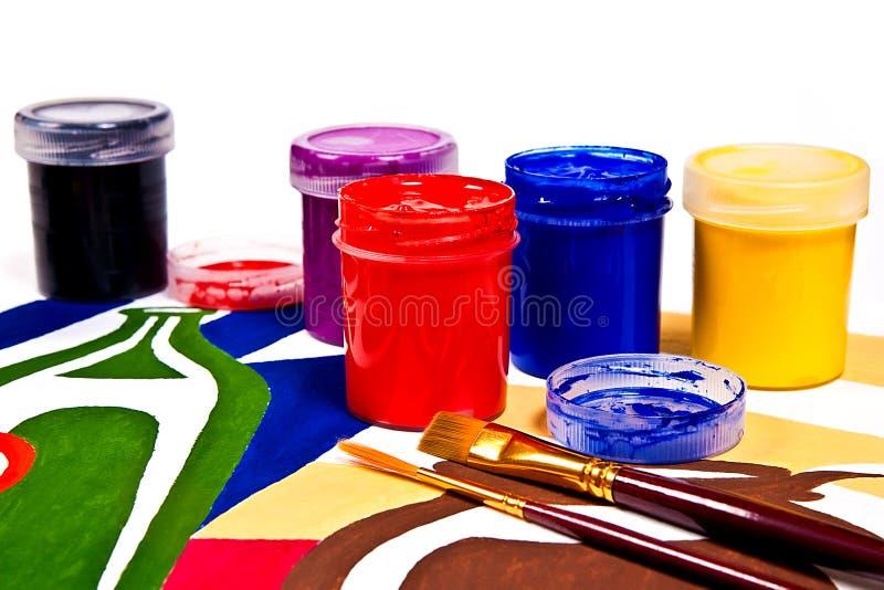 Garrafas com pinturas do guache e escovas para pinturas artísticas fotografia de stock royalty free