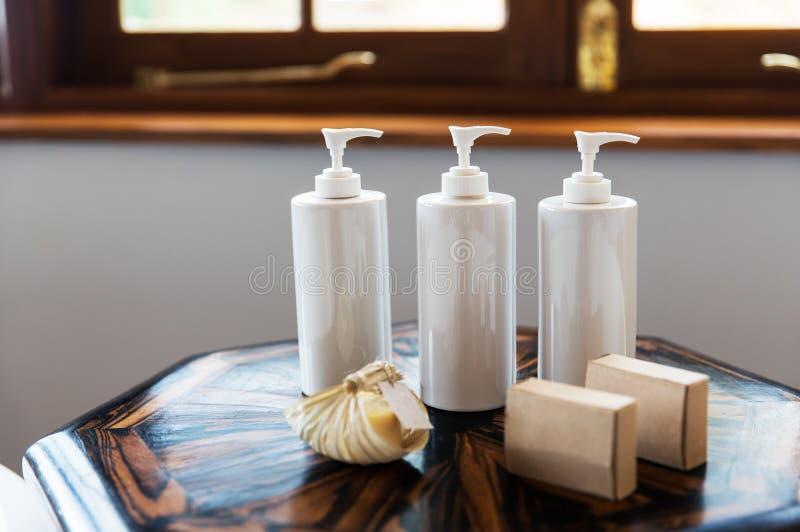 Garrafas com sabão líquido ou loção em termas imagens de stock
