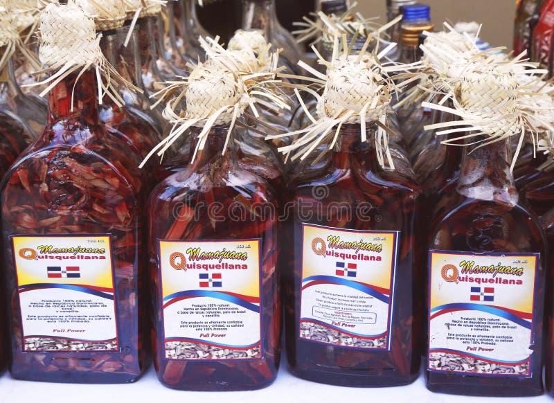 Garrafas da lembrança de Mamajuana em Punta Cana, República Dominicana imagens de stock royalty free