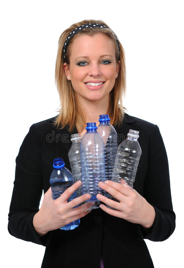 Garrafas de água da terra arrendada da mulher imagens de stock
