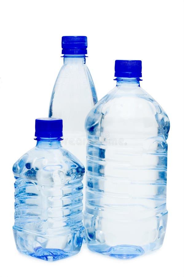 Garrafas de água isoladas sobre o branco imagem de stock