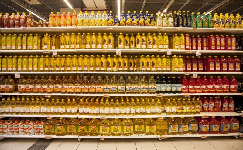 Garrafas de óleo nas prateleiras de uma loja fotografia de stock