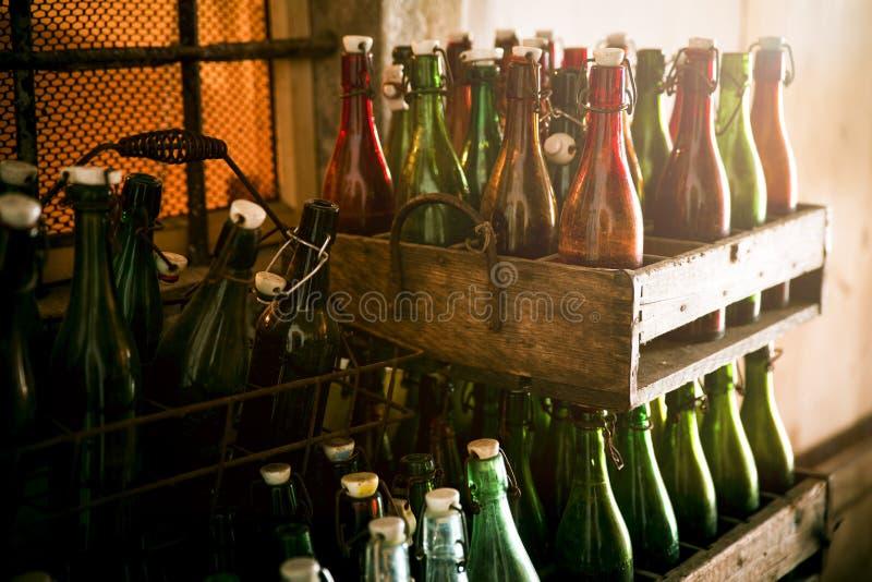 Garrafas de cerveja velhas em casos de madeira imagem de stock