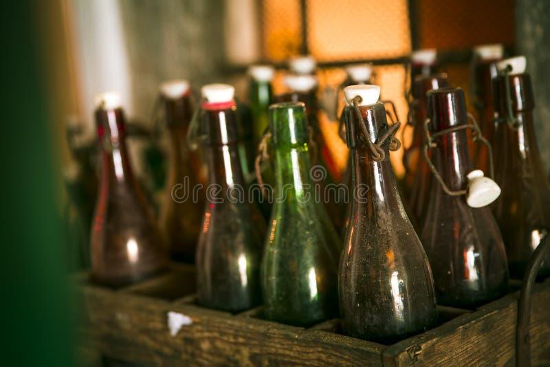 Garrafas de cerveja velhas em casos de madeira fotos de stock royalty free
