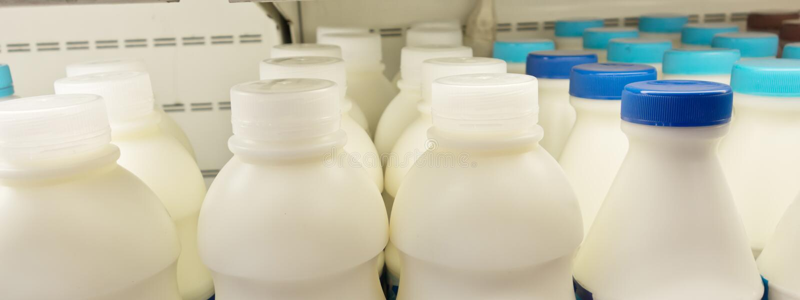 Garrafas de leite na prateleira foto de stock royalty free
