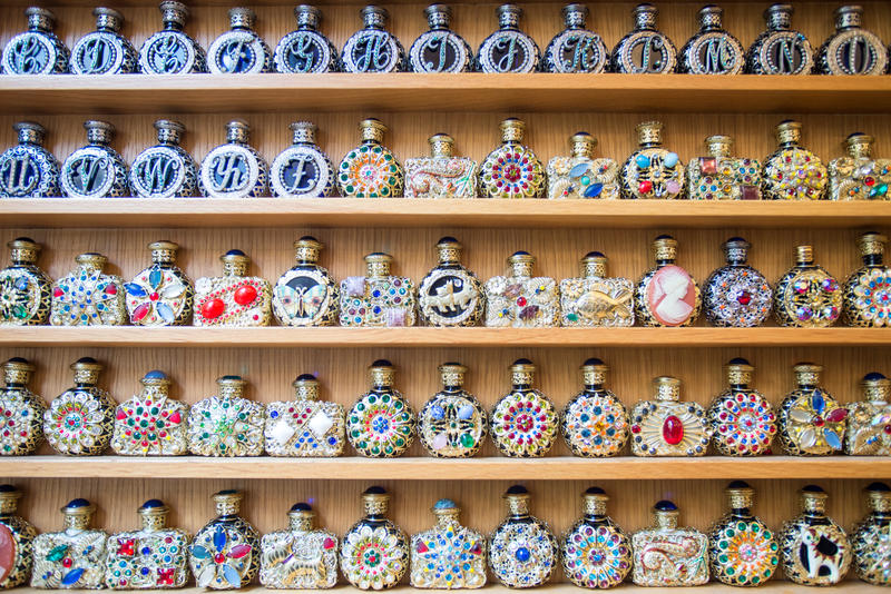 Garrafas de perfume antigas imagens de stock