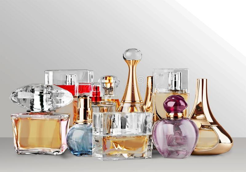 Garrafas de perfume aromáticas na mesa fotografia de stock