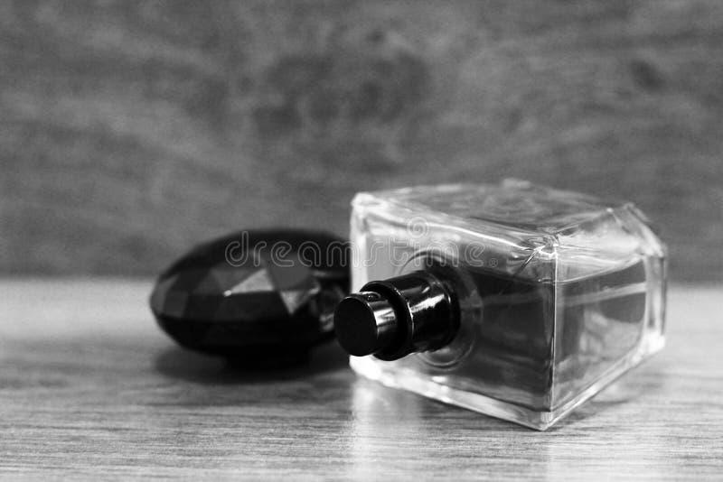 Garrafas de perfume aromáticas na mesa de madeira no fundo de madeira Rebecca 36 fotografia de stock royalty free