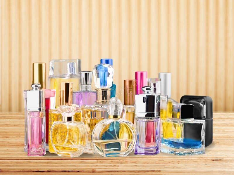 Garrafas de perfume aromáticas no fundo brilhante fotografia de stock