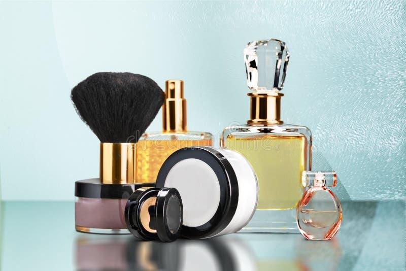 Garrafas de perfume aromáticas no fundo brilhante fotos de stock royalty free