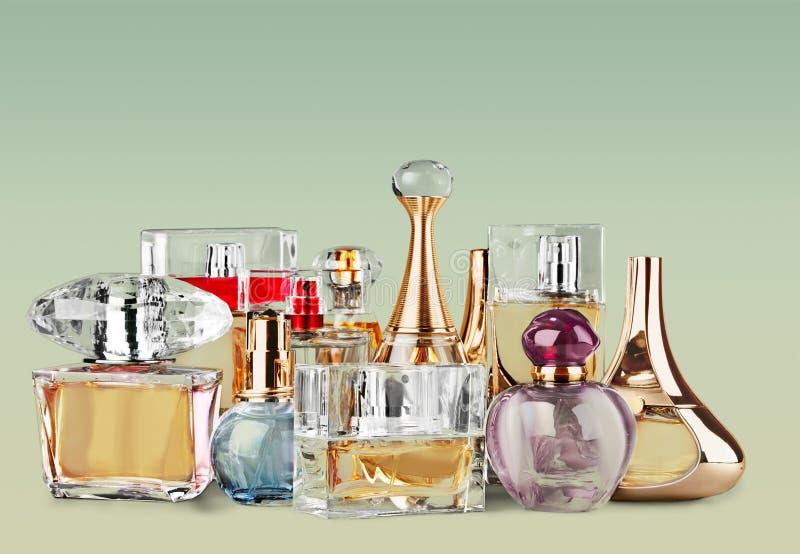 Garrafas de perfume aromáticas no fundo brilhante fotos de stock