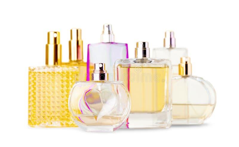Garrafas de perfume aromáticas no fundo brilhante foto de stock royalty free