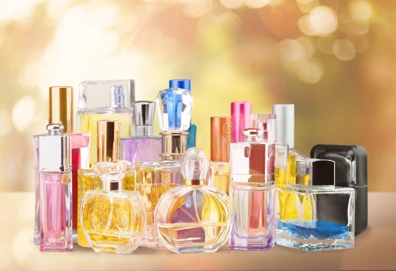 Garrafas de perfume aromáticas no fundo dourado foto de stock royalty free