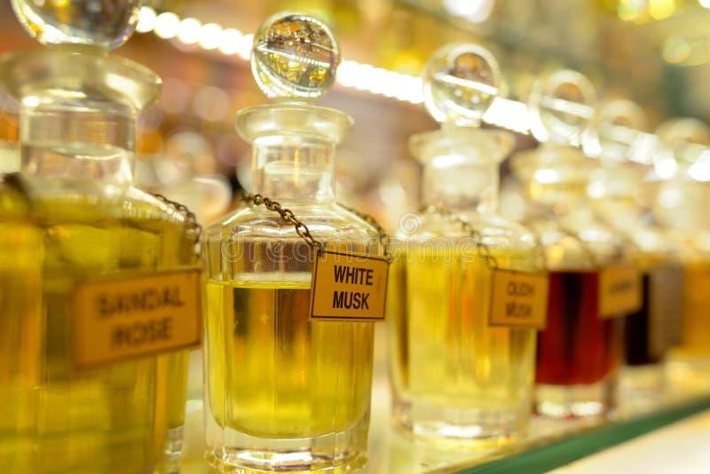 Garrafas de perfume azuis de vidro foto de stock
