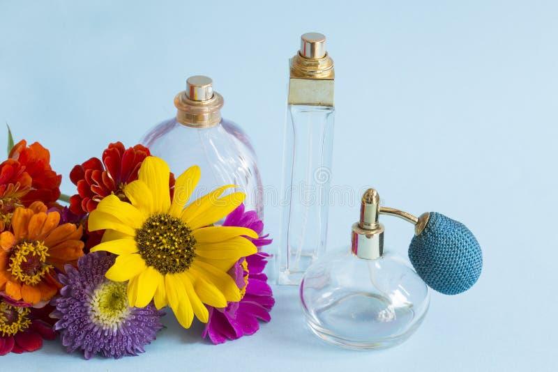 Garrafas de perfume azuis de vidro imagem de stock